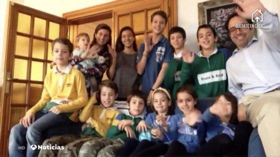 Os pais Irene e José com os 11 filhos: José María (1 ano), Helena (3 anos), Alicia (4 anos), Irene (5 anos), Álvaro (8 anos ), os gémeos Miguel e Manuel (10 anos), Juan Pablo (11 anos), Luis (12 anos), Fernando (14 anos) e Carmen (acabou de fazer 15).