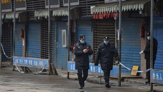 O mercado de mariscos de Wuhan foi considerado a origem do surto e foi encerrado pelas autoridades
