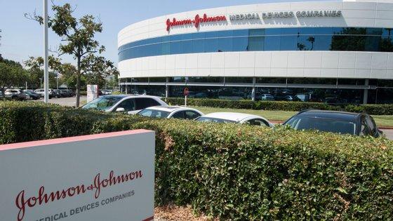 Johnson & Johnson é uma empresa americana fundada em 1886, especializada na produção de farmacêuticos, utensílios médicos e produtos pessoais de higiene. É, aliás, a empresa que fabrica óleo e champô para bebés bastante populares em Portugal