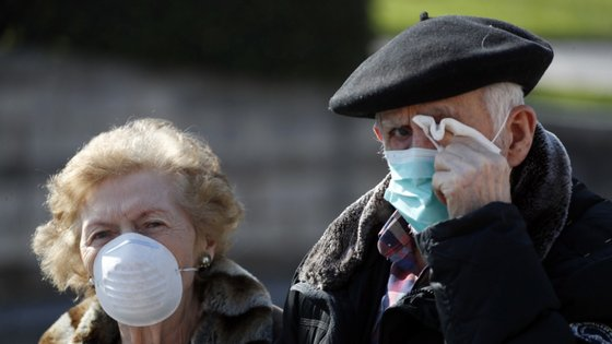 """O uso generalizado de máscaras pode levar, em última análise, """"à diminuição da propagação da doença"""", refere o mesmo organismo"""