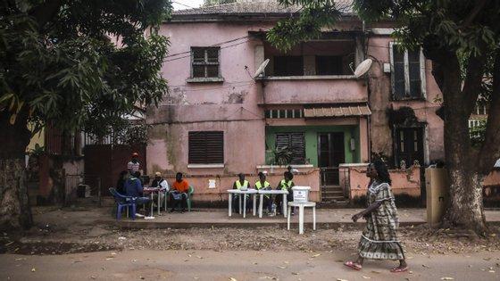 Autoridades guineenses determinaram várias medidas, ao abrigo do estado de emergência, nomeadamente o confinamento social e a limitação de circulação de pessoas e viaturas entre as 7h e as 11h locais