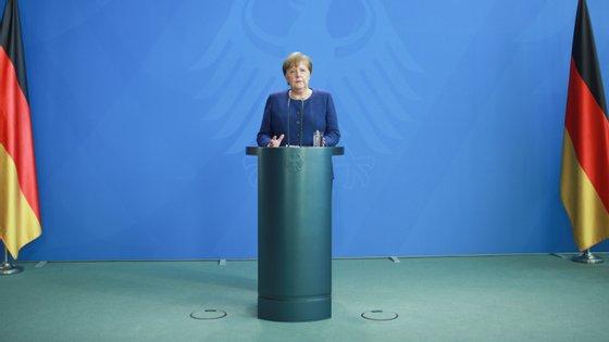 Merkel diz que é cedo para pensar em datas de alívio de medidas de contenção