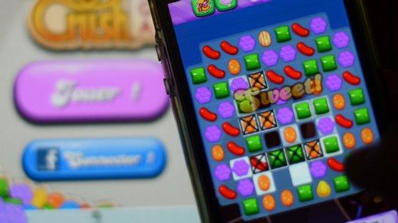 O Candy Crush é um dos jogos que vai ter anúncios que pedem às pessoas para ficarem em casa