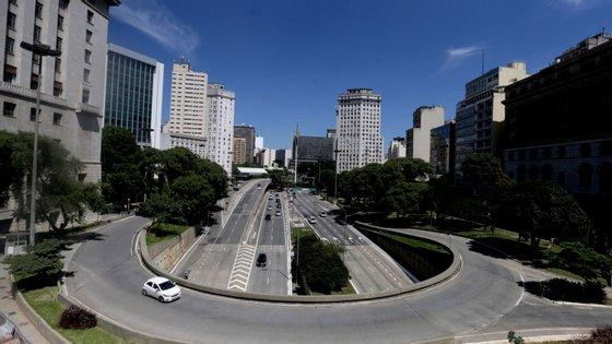 Bolsonaro defende a necessidade de a população sair de casa para trabalhar, tendo chegado ele próprio a sair para as ruas, para socializar com apoiantes