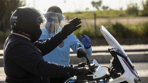 Há menos circulação nas estradas, mas a Polícia tem feito várias ações de sensibilização para que todos fiquem em casa