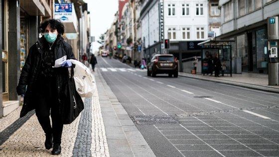 Portugal é um dos países europeus em Estado de Emergência devido ao surto e o isolamento decretado provoca pouca afluência às ruas de cidades como o Porto (na imagem)