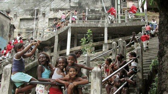 Os moradores das favelas brasileiras acreditam que não terão dinheiro para comprar comida e outros itens básicos