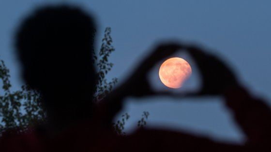A lua poderá ser vista em todo o seu esplendor a partir do seu nascimento, às 19h32 desta terça-feira, até ao momento em que atinge o seu ponto mais alto e brilhante, às 3h35 de quarta-feira