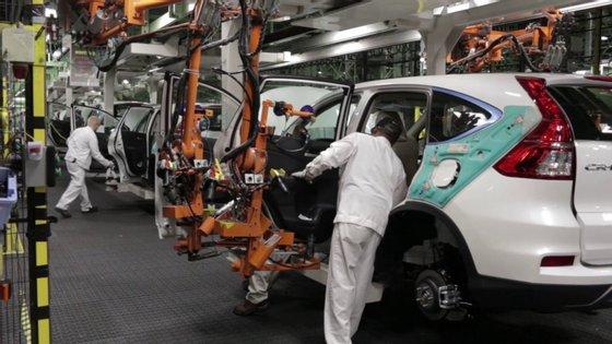 A economia travou repentinamente por causa do coronavírus e a desaceleração brusca está a mandar milhares de trabalhadores da indústria automóvel para casa
