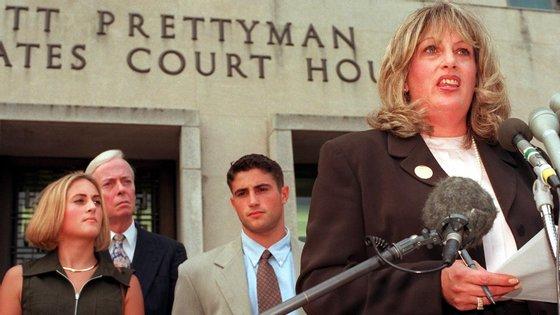 """Tripp era amiga de Lewinskyquando expôs o """"affair"""" entre a estagiária de 22 anos e o presidente norte-americano"""