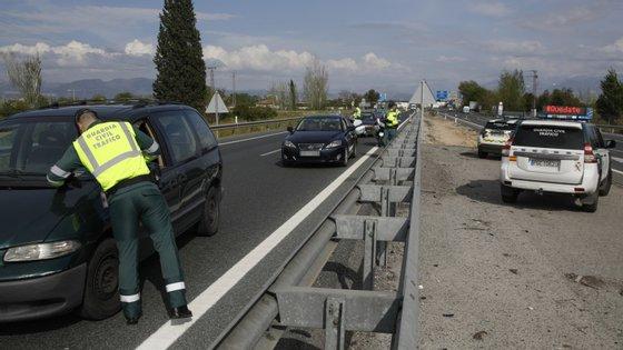 A maior parte dos espanhóis fugiu aos controlos na estrada viajando de madrugada.