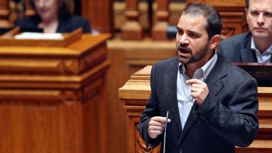 """Eurodeputado alterou a publicação no Facebook e justificou-se no Twitter pelo uso """"depreciativo"""" da palavra."""