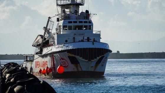 A decisão de fechar os portos ocorre um mês após o confinamento geral decidido pelas autoridades para combater o coronavírus