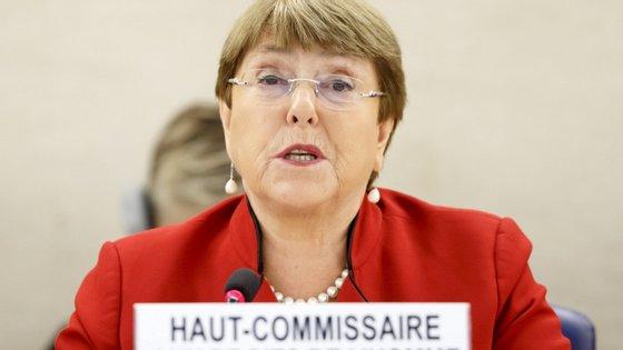 """""""Estou profundamente preocupada com a adoção de poderes de emergência ilimitados por alguns países, não sujeitos a revisão"""", disse Michelle Bachelet"""