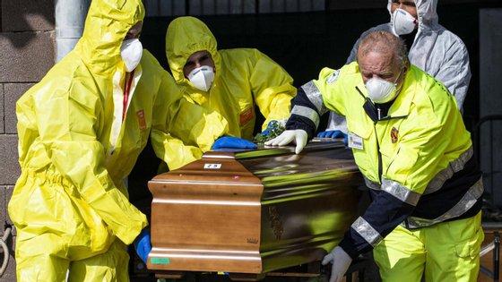 Trinta enfermeiras e cuidadores também morreram da Covid-19, segundo os media italianos