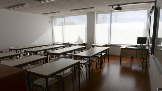 Além do ensino à distância, os alunos do ensino básico -- do 1.º ao 9.º anos -- terão o apoio de aulas transmitidas diariamente através do canal RTP Memória