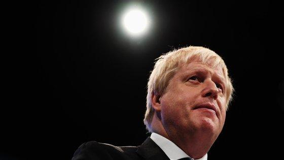 Boris Johnson, saiu da Unidade de Cuidados Intensivos, onde estava internado desde segunda-feira, e foi transferido para outra ala do Hospital de St. Thomas,