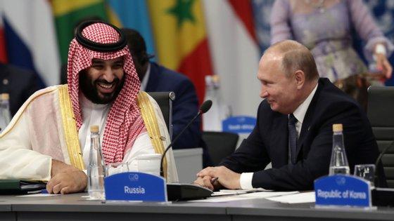 Russos e sauditas fecham acordo para cortar produção petrolífera e equilibrar o mercado
