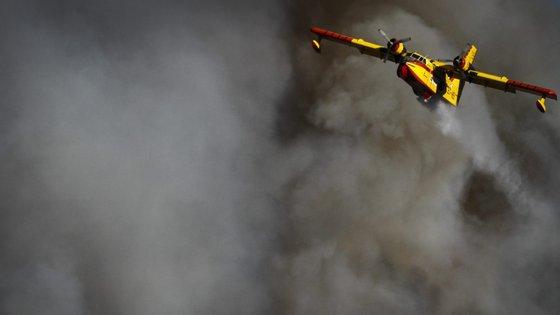 A mudança do vento tem sido uma preocupação para as autoridades, refere o jornal, por provocar o aumento do risco de incêndios florestais