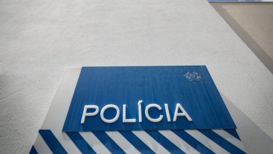 Os agentes policiais foram feridos violentamente com pedras, pontapés e murros num arraial na povoação do Catujal, em Loures, em 2017