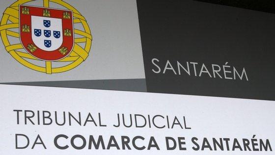 A mulher foi condenada ao pagamento de 500 euros à Santa Casa da Misericórdia de Santarém após ter sido verificada a permanência de clientes no interior do estabelecimento