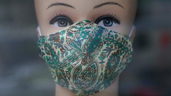 O facto de não haver máscaras cirúrgicas levou à procura de alternativas. Os EUA, por exemplo, emitiram tutoriais e vídeos explicativos sobre como produzir máscaras caseiras