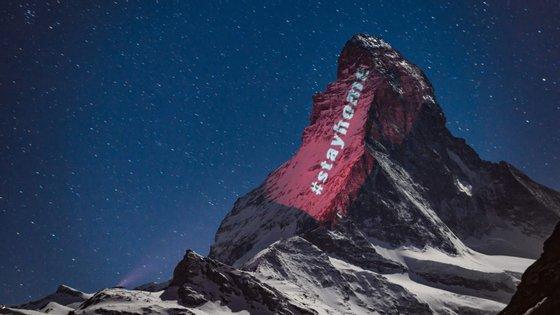 Projeção da hashtag #fiqueemcasa pelo Gerry Hofstetter na montanha Matterhorn, no resort de ski Zermatt, nos Alpes suíços