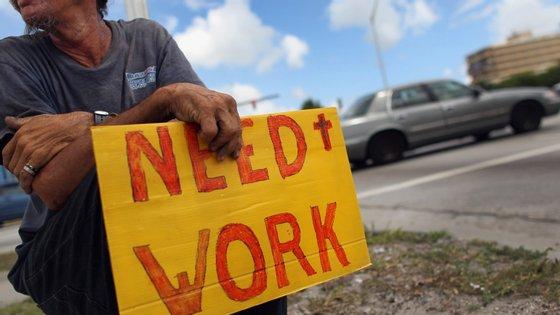 Mais de 5,2 milhões de norte-americanos entregaram os papéis para o subsídio de desemprego na última semana.