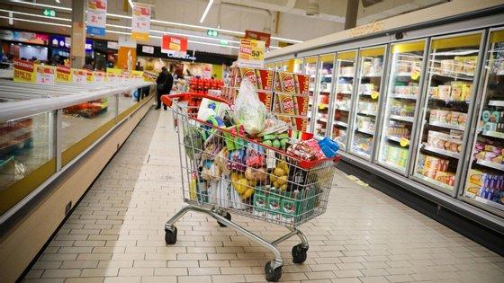 O homem entrou no supermercado e exigiu o dinheiro da caixa