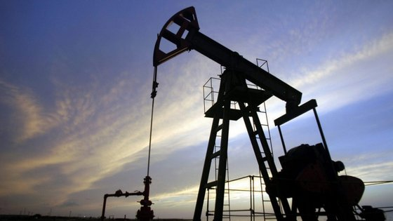 Por causa da forte quebra na procura está a tornar-se até difícil encontrar locais para armazenar o crude.