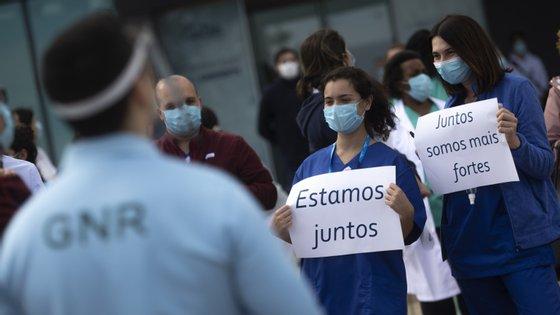 Os profissionais de saúde foram alvo de homenagens e agradecimentos recente das forças de segurança, em diferentes pontos do país