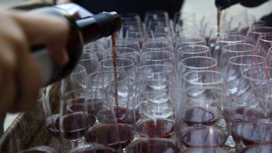 Vendas de vinho estão em queda por causa da pandemia e arrastadas pela paragem do turismo, da restauração e hotelaria e pelo fecho dos mercados internacionais