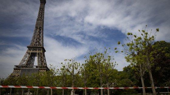 França tem sido cenário de distúrbios com vários caixotes do lixo e carros a serem incendiados