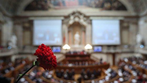 A cerimónia de sábado vai decorrer em moldes diferentes do habitual, com o parlamento a esperar menos de cem pessoas na sessão solene