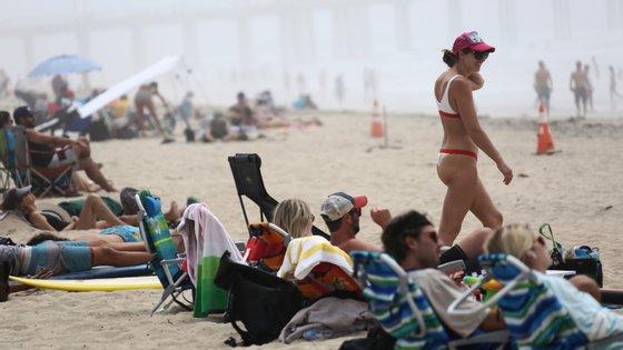 Em Huntington Beach, no Condado de Orange, na Califórnia, as temperaturas ultrapassaram os 26 graus — o suficiente para que as praias se enchessem de banhistas