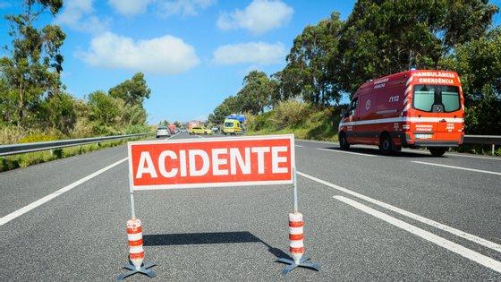 A colisão ocorreu ao quilómetro 126,4 da EN10, envolvendo um veículo pesado de mercadorias e um veículo ligeiro de passageiros