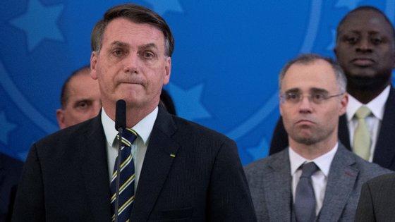"""""""Essa fatura deve ser enviada aos governadores, porque eles adotaram medidas restritivas e as pessoas continuam a morrer"""", disse Bolsonaro"""