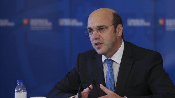 """Ministro da Economia reconhece que atrasos no pagamento do layoff criaram um """"stress adicional à tesouraria das empresas"""""""