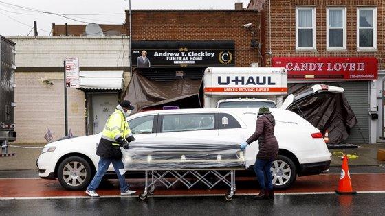As agências funerárias da cidade de Nova Iorque têm estado assoberbadas desde fins de março
