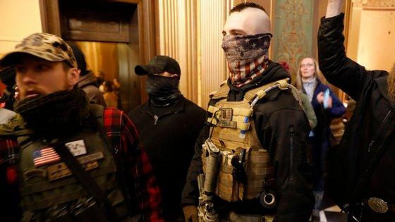 Manifestantes dentro do edifício onde funciona a assembleia legislativa do estado do Michigan