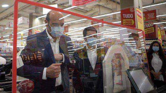 Pedro Siza Vieira foi neste domingo comprar máscaras disponíveis numa superfície comercial