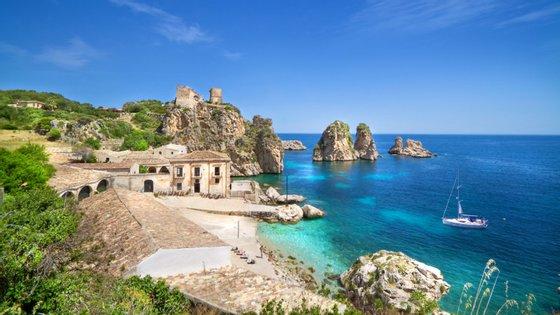Taormina fica na costa leste da Sicília, perto do Monte Etna, e é um dos principais pontos turísticos da ilha italiana