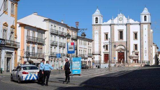 """""""Há algum movimento na zona da Praça do Giraldo"""", no centro da cidade, onde """"a maior parte das lojas abriu"""", refere a Associação Comercial do Distrito de Évora"""