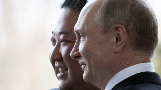 O embaixador da Rússia na Coreia do Norte entregou a medalha esta terça-feira ao ministro dos Negócios Estrangeiros norte-coreano