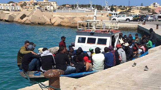 Nas últimas horas chegaram a Lampedusa quatro barcaças, uma delas com pelo menos 72 pessoas, outra com 64 e uma terceira com mais de uma dezena de migrantes a bordo
