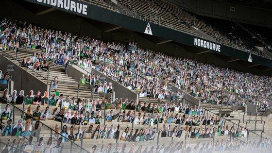 Borussia Mönchengladbach distribuiu cartolinas com caras de adeptos pelo estádio para dar outro a cor aos jogos à porta fechada