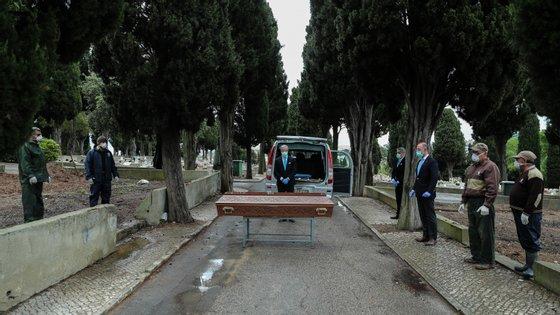 Nas cerimónias fúnebres, durante o velório e o ato de despedida, a urna deve permanecer sempre fechada