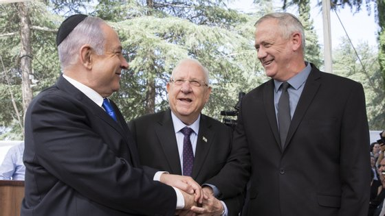 Esse governo de emergência planeia manter Benjamin Netanyahu como primeiro-ministro por 18 meses, seguido por Benny Gantz por um período equivalente