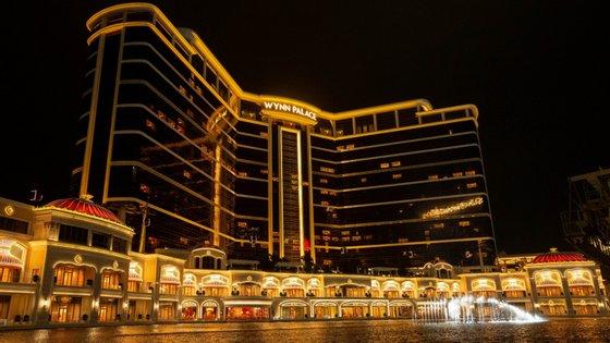 Em causa está a suspensão das operações em ambos os casinos que a operadora explora na capital mundial do jogo por um período de 15 dias em fevereiro