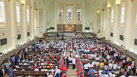 """""""Os cristãos podem entregar suas velas aos párocos"""" e o grupo restrito de clérigos participantes deverá acendê-las na tarde de sábado, detalha a arquidiocese de Maputo"""
